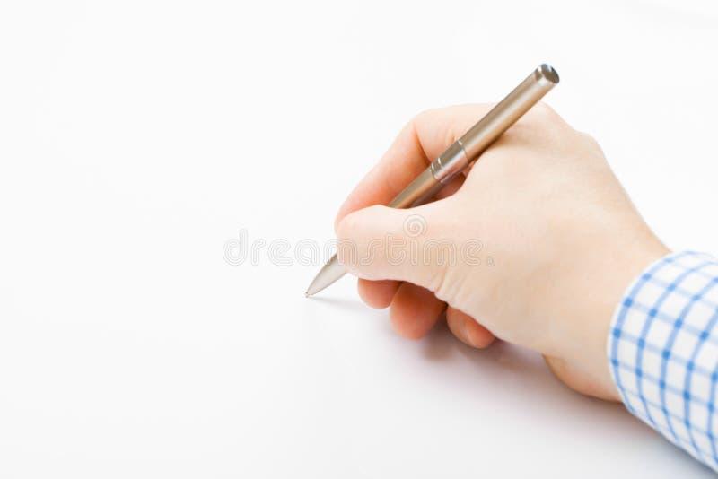 Укомплектуйте личным составом подписание или сочинительство что-то - близкая поднимающая вверх съемка стоковая фотография