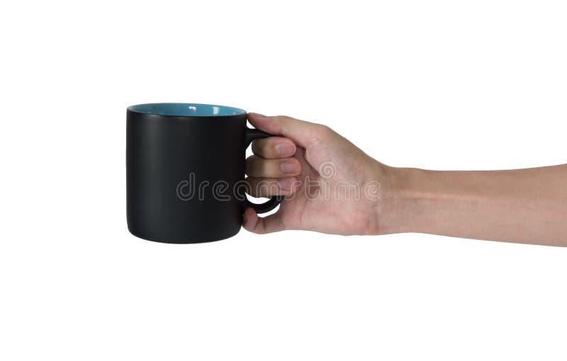 Укомплектуйте личным составом руку держа черную кружку изолированный на белой предпосылке стоковое изображение