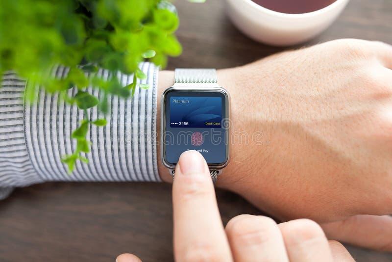 Укомплектуйте личным составом руку и умный вахту с оплатой касания кредитной карточки стоковые изображения