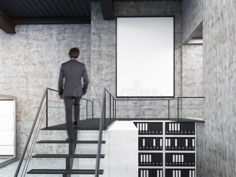 Укомплектуйте личным составом смотреть стену в офисе с лестницами и плакатом стоковые фото