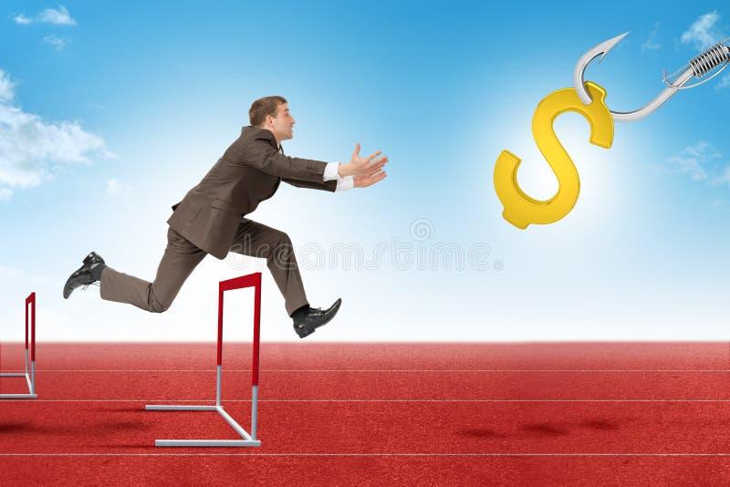 Укомплектуйте личным составом hoppin над барьером третбана с знаком доллара стоковое фото rf