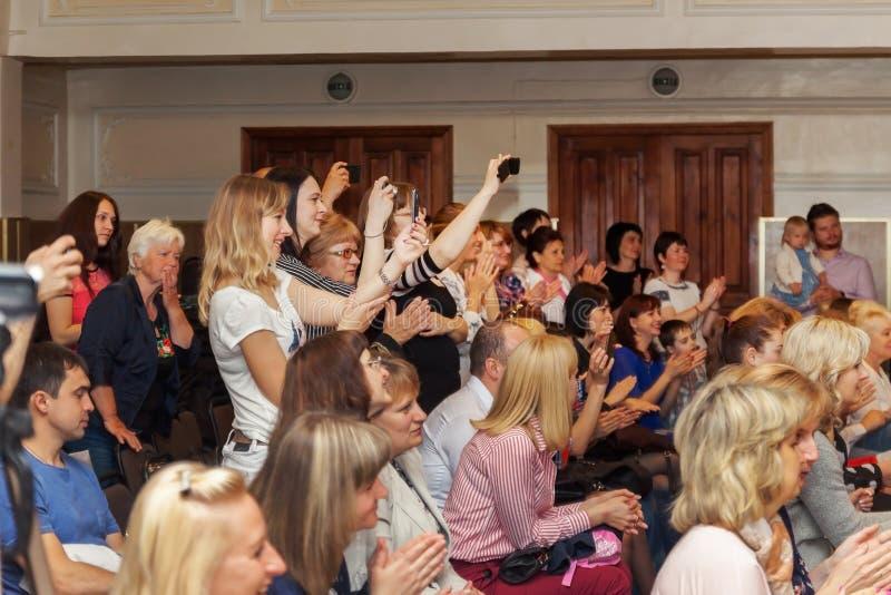 Украина Киев-май 19,2017 Много люди сидят в зале стоковые изображения