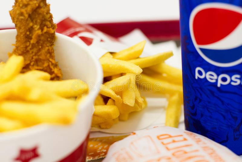 Украина, Киев, 05 13 2018: Очень вкусный фаст-фуд в супермаркете Зажаренные KFC chiken, французские фраи, cheeseburger McDonalds  стоковое изображение