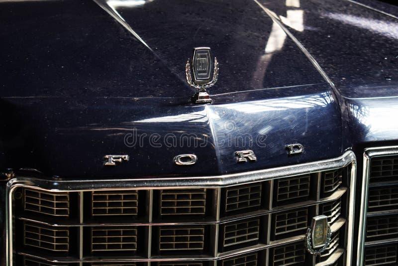 Украина, Львов - май 2019: Символ Форда на клобуке автомобиля переднем стоковое фото