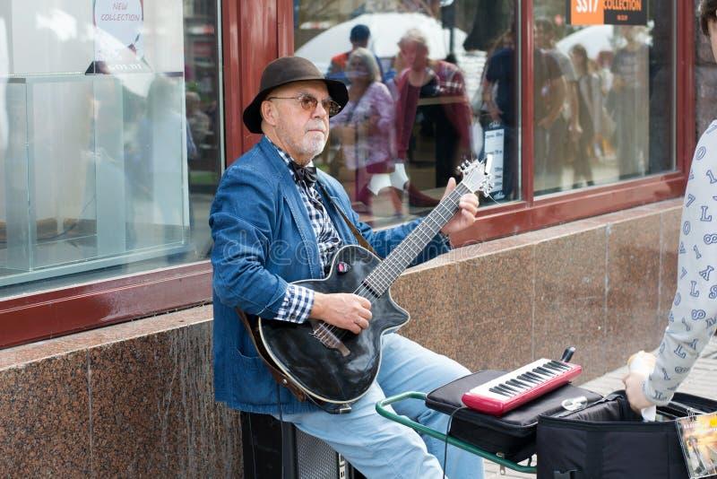 УКРАИНА, KIEV-SEPTEMBER 24,2017: Музыкант на улице Khreshchatyk Музыкант улицы играя гитару стоковая фотография rf