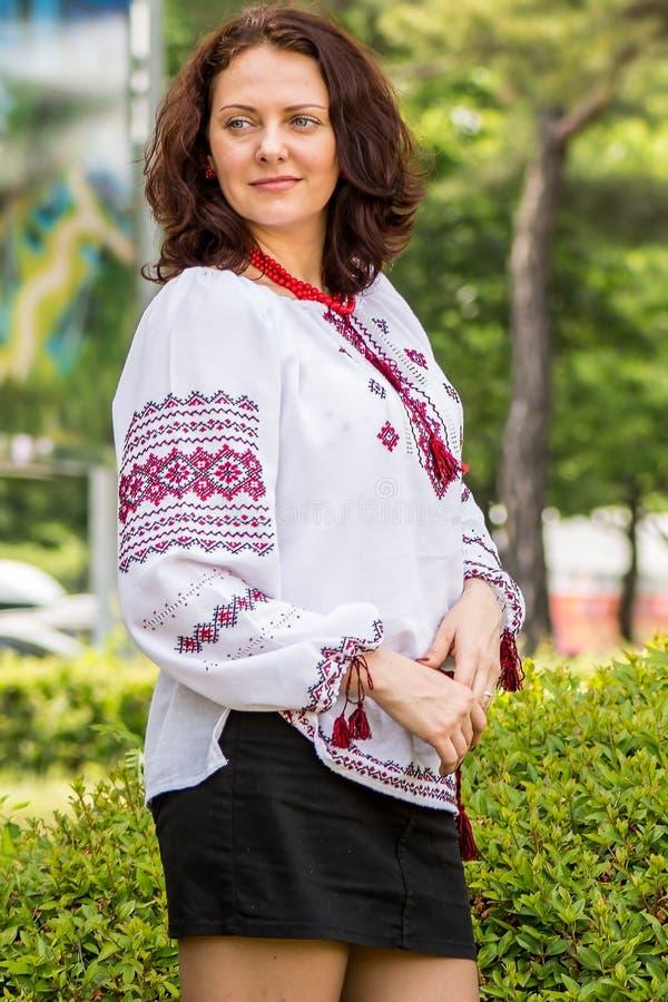 Украинская женщина в традиционном платье стоковая фотография rf