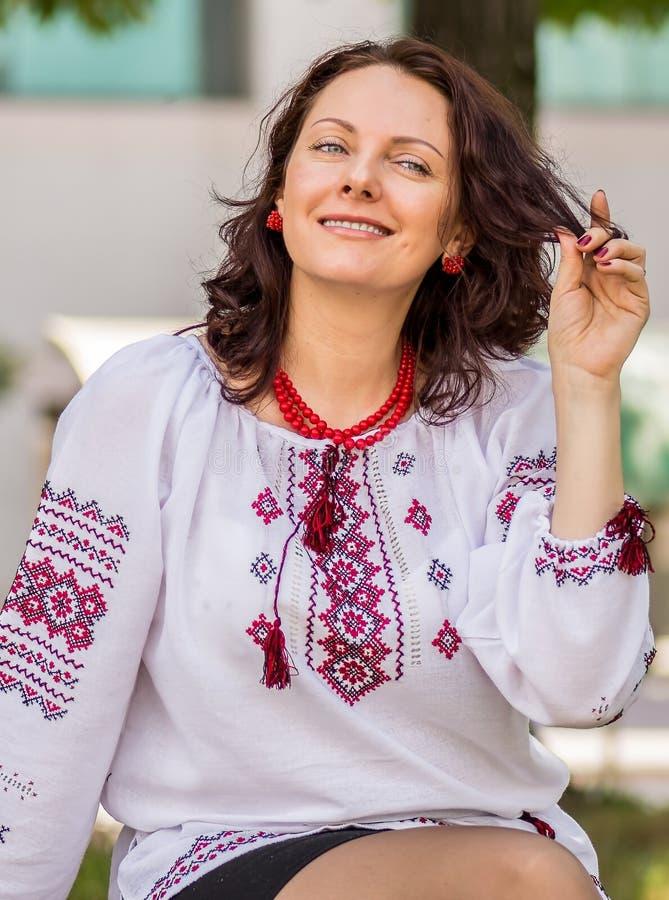 Украинская женщина в традиционном платье стоковые фотографии rf