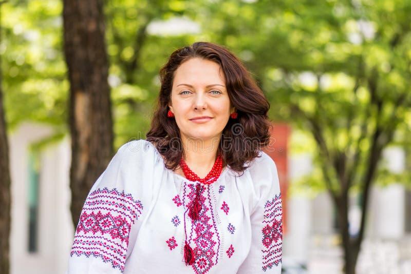 Украинская женщина в традиционном платье стоковые изображения rf