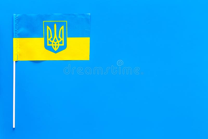 Украинская концепция флага малый флаг на голубом космосе экземпляра взгляд сверху предпосылки стоковые изображения