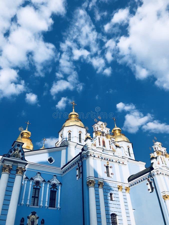 УКРАИНСКАЯ ОРТОДОКСАЛЬНОСТЬ - голубые небеса & облака над монастырем St Michael Золот-приданным куполообразную форму - КИЕВ - УКР стоковое фото rf