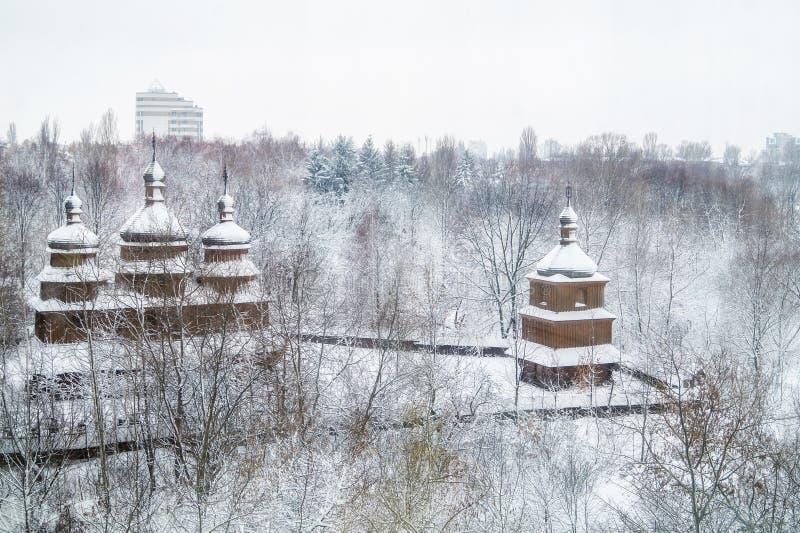 Украинская покрытая снег церковь в парке стоковые фотографии rf