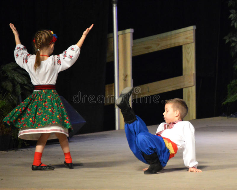 Украинские танцоры мальчика/девушки стоковая фотография rf