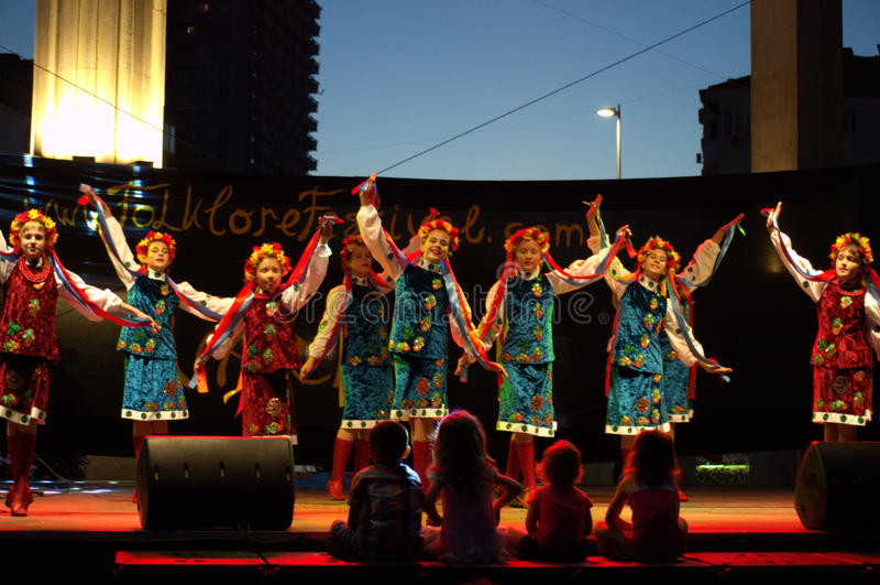 Украинский танец девушек стоковое фото rf