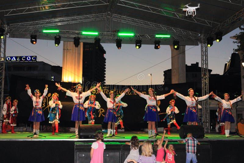 Украинский танец девушек стоковое изображение rf