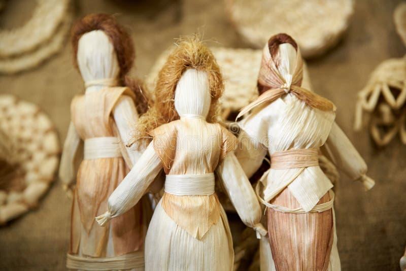 Украинский традиционный талисман куклы в национальном костюме от сухих листьев и соломы стоковое изображение