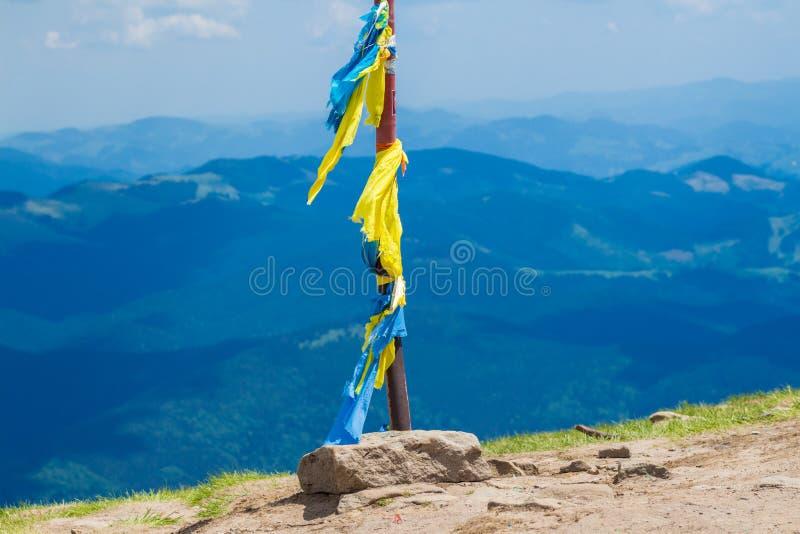 Украинский флаг на пике держателя Goverla стоковые изображения rf