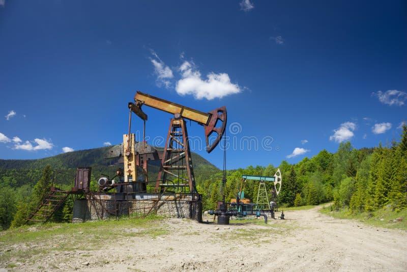 Украинское масло тряся в Карпатах стоковая фотография