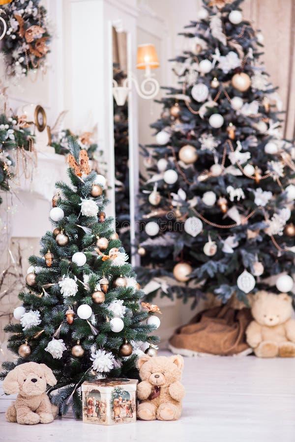 2 украсили рождественскую елку с подарочной коробкой около классического firepl стоковые изображения rf