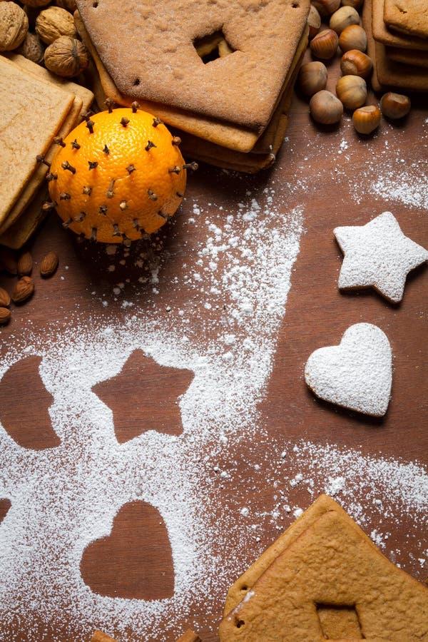 Украшать печенья gingerbread с сахаром замороженности стоковое фото