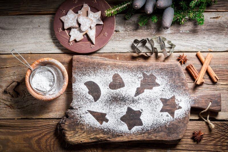 Украшать с печеньями пряника сахара замороженности для рождества стоковое фото