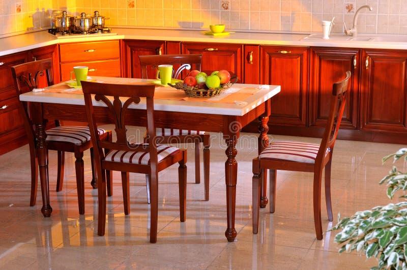 украшать шикарную кухню дома стоковое фото