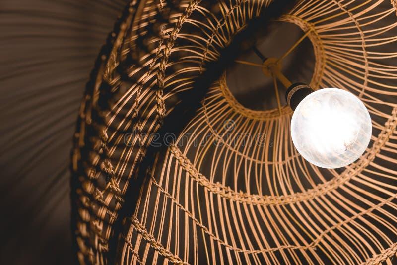 Украшающ вися лампы фонарика в деревянной лозе сделанной из бамбука стоковое фото rf