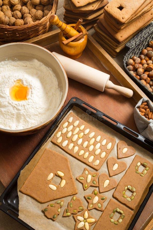 Украшающ печенья пряника чокнутые только перед выпечкой стоковая фотография