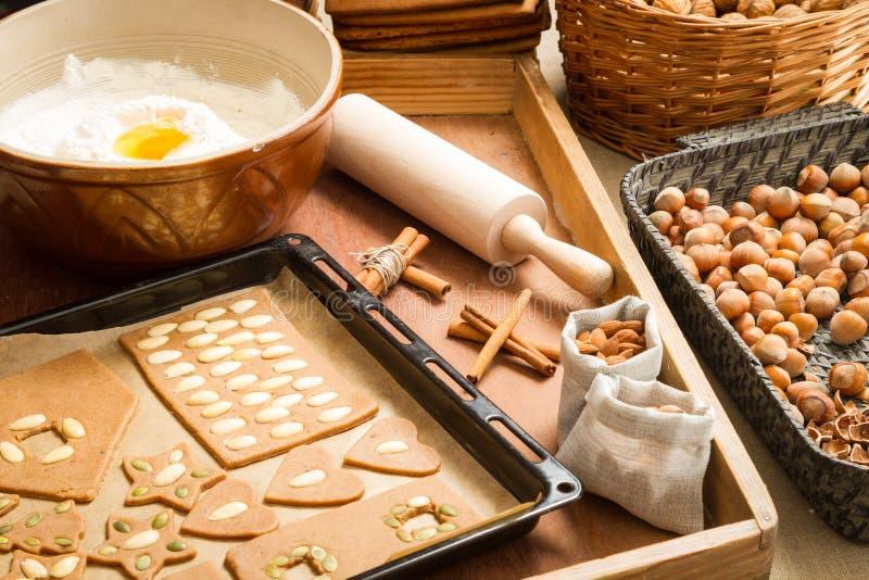 Украшающ печенья пряника чокнутые только перед выпечкой стоковые изображения rf