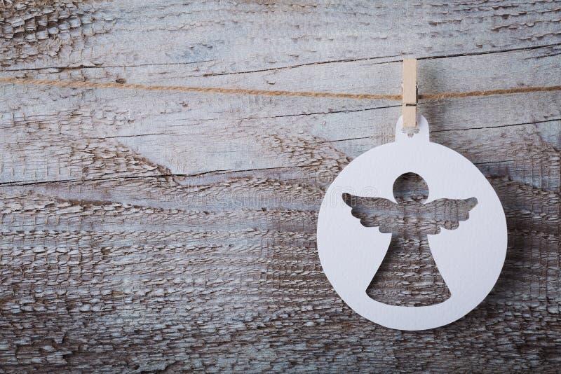 Украшение ангела рождества бумажное вися над деревянной предпосылкой стоковое изображение rf