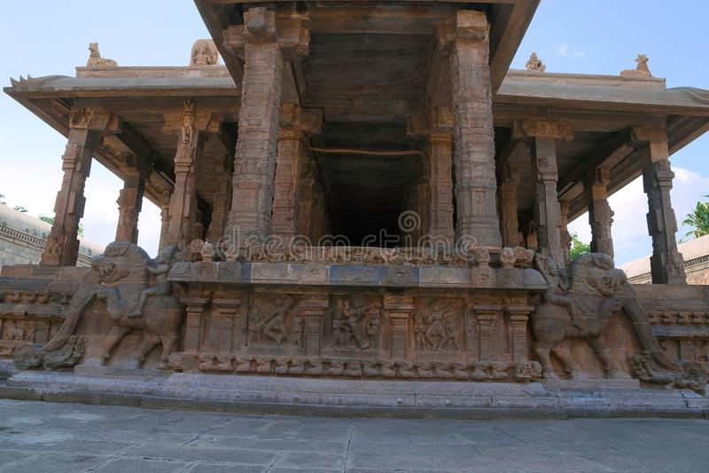 Украшение балюстрады всадников yeli, мотивов, святыни Deivanayaki Аммана, за виском Airavatesvara, Darasuram, Tamil Nadu стоковые фото