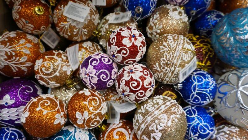 Украшение безделушек рождества на яркой предпосылке положите в магазин Принципиальная схема праздника широко стоковое изображение