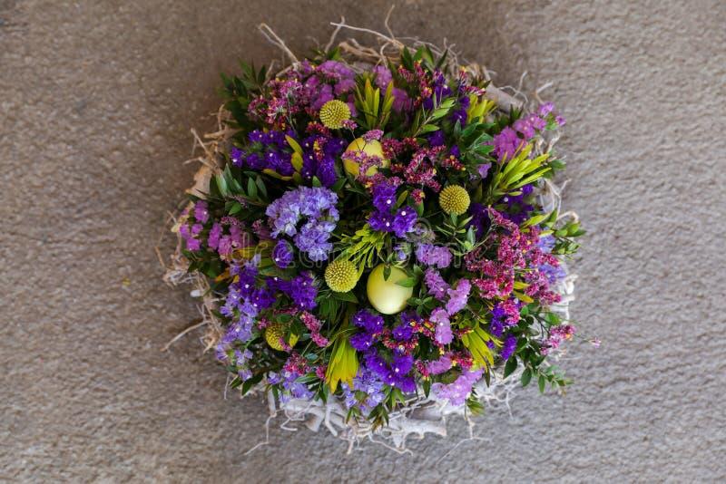 Украшение венка пасхи на двери дома цветков salem sinuatum или statice limonium в сини, сирени, фиолете, пинке стоковое изображение