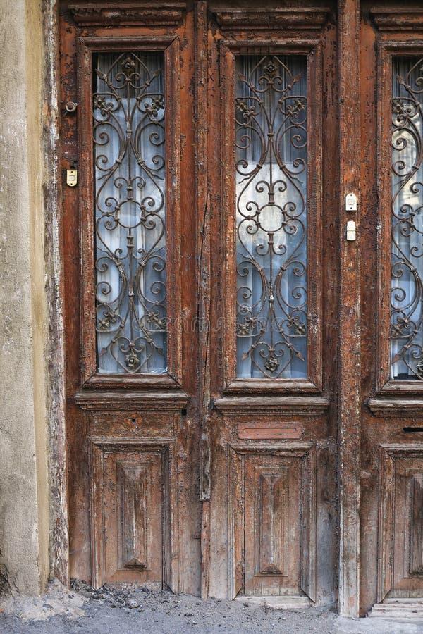 Украшение двери ар-нуво в выкованном утюге в городке Тбилиси старом стоковые изображения rf