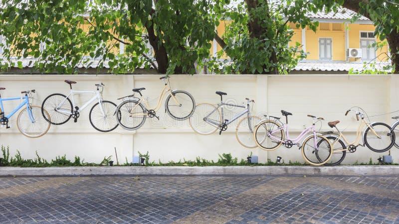 Украшение велосипедов на бетонной стене стоковая фотография