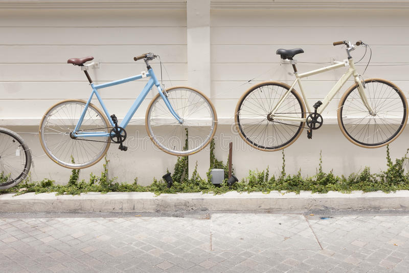Украшение велосипедов на бетонной стене стоковое изображение