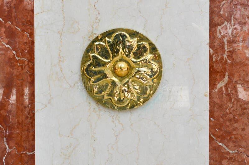 Украшение в форме цветка на мраморном слябе Объемная, сияющая, высекаенная, красивая гравировка на бело-коричневой каменной стене стоковые изображения rf