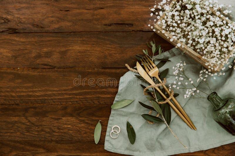 Украшение деревенской таблицы свадьбы стильное на деревянной предпосылке, стоковые изображения rf