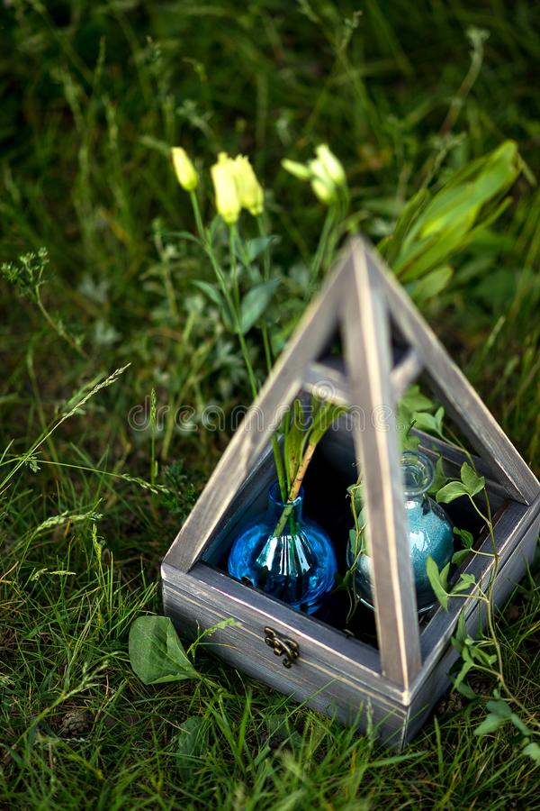 Украшение загородного стиля свадьбы на зеленой траве Голубая ваза с цветками в винтажном стиле стоковая фотография