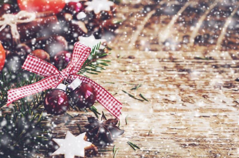 Украшение зимы с красными шариками, печеньями пряника, хворостинами дерева xmas стоковая фотография