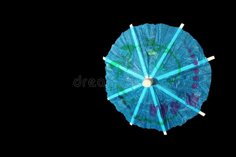 Украшение зонтика коктеиля голубой бумаги изолированное на черной предпосылке стоковое изображение