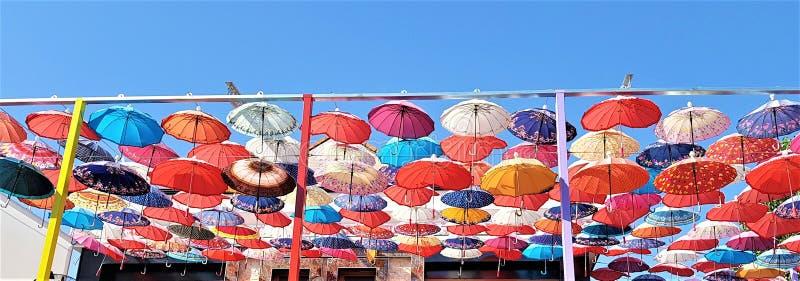 Украшение зонтиков в улице города Kemer, Анталье, Турции стоковые изображения