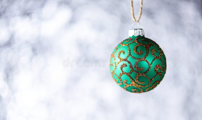 Украшение или игрушка рождества для рождественской елки с мерцающими деталями, космоса экземпляра Концепция украшения Праздничный стоковое фото rf