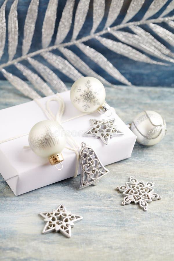Украшение и настоящий момент рождества Колокол рождества и серебряные безделушки стоковая фотография rf