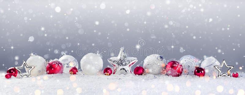 Украшение и снежности безделушек рождества стоковое фото