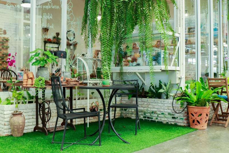Украшение и стулья сада вне магазина там стальные стулья в саде стоковая фотография