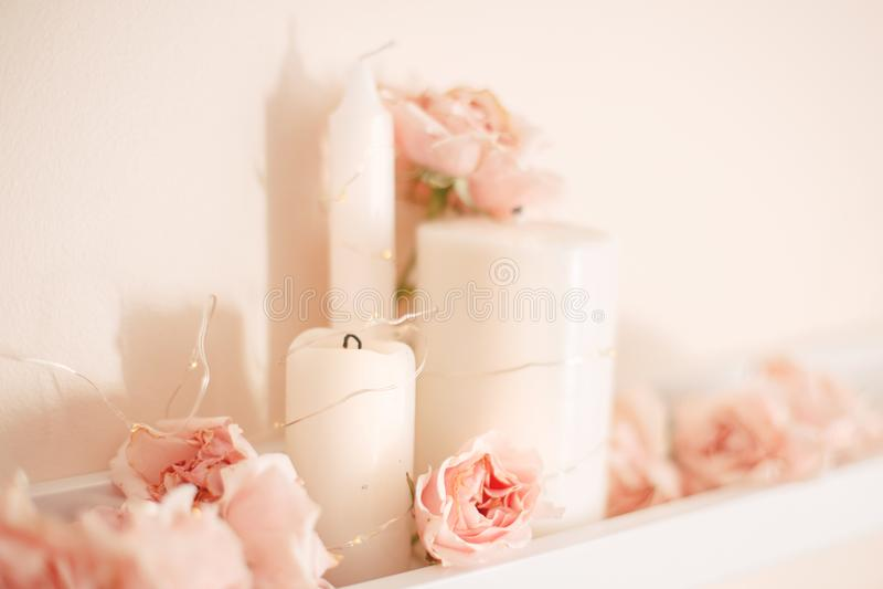 Украшение комнаты для торжества дня рождения Крупный план макроса мягкого нежного света - розовых роз и белых свечей стоковые изображения