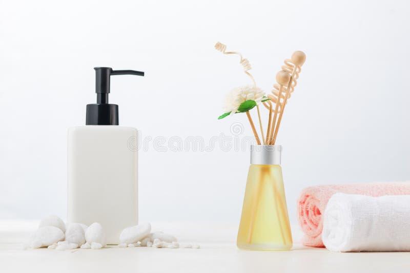 Украшение курорта Состав курорта с косметическими бутылкой и aromath стоковые фотографии rf