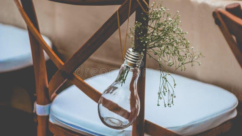 Украшение, мини-вазы и букеты первоначально свадьбы флористическое цветков вися от стула стоковые изображения rf