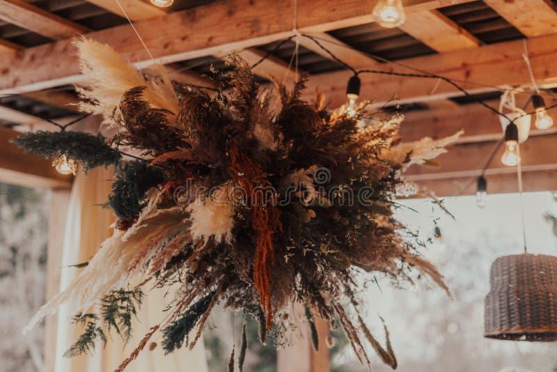 Украшение на свадебном этаже с лампами стоковая фотография