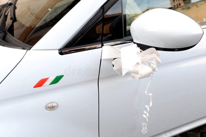 Украшение на стороне белого итальянского автомобиля стоковое фото